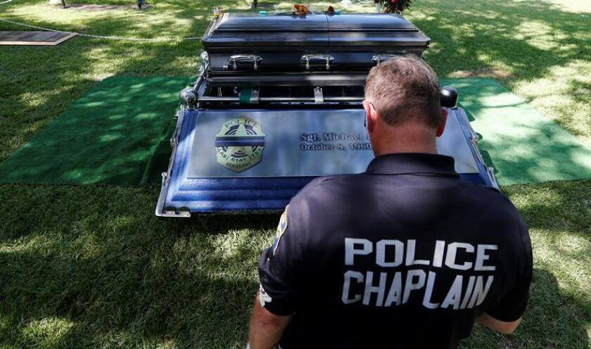 Los policías muertos por arma de fuego en acto de servicio en Estados Unidos aumentaron un 68 % en 2016, al alcanzar la cifra de 64, frente a los 38 de 2015, según un informe preliminar publicado hoy por el Fondo Nacional en Memoria de los Agentes de la Ley (NLEOMF, por sus siglas en inglés). EFE/ARCHIVO