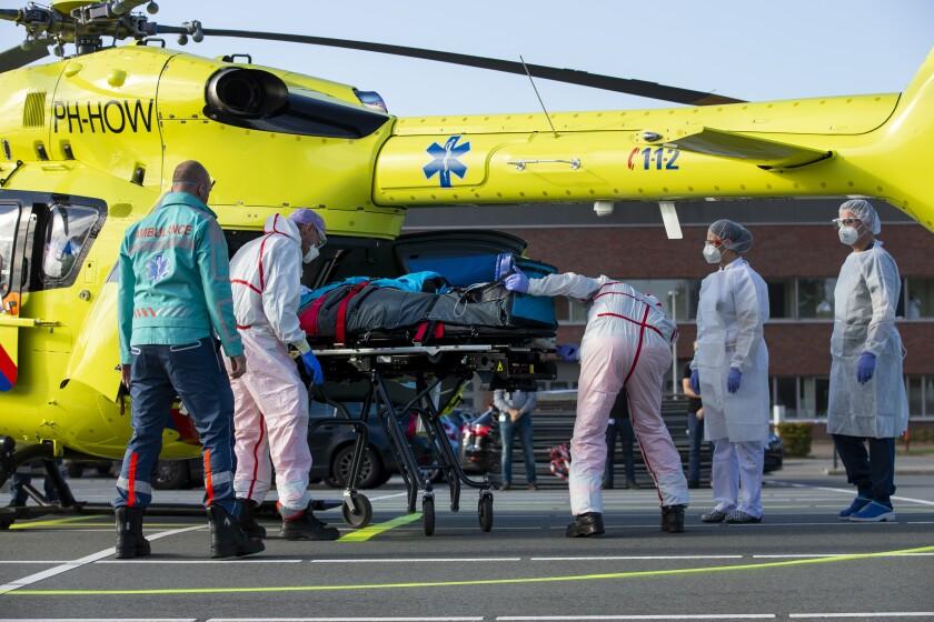 Un paciente enfermo de COVID-19 es subido a un helicóptero el viernes 23 de octubre de 2020