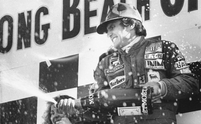 ARCHIVO - En esta foto del 2 de abril de 1978, el piloto argentino Carlos Reutemann celebra su victoria en el Gran Premio de Long Beach en California. Reutemann ha fallecido a los 79 años.(AP Foto/archivo)