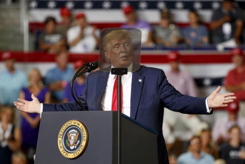 El presidente Donald Trump pronuncia un discurso frente a un telemprompter durante un acto de campaña en la Williams Arena en Greenville, Carolina del Norte, el miércoles 17 de julio de 2019. (AP Foto/Carolyn Kaster)