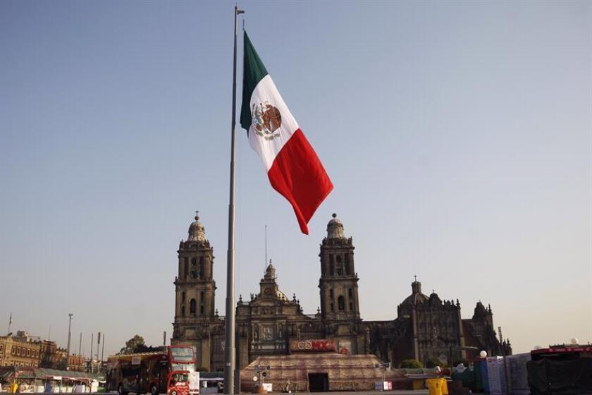 La bandera mexicana se ve izada en el Zócalo capitalino con motivo del Día Nacional de la Bandera Mexicana hoy, sábado 24 de febrero de 2018, en Ciudad de México (México). EFE
