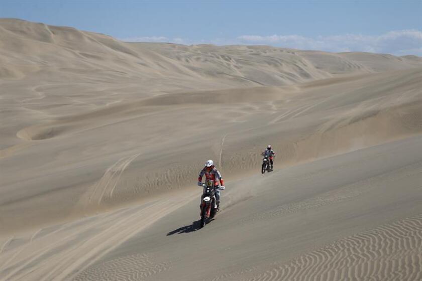 La española Laia Sanz (i) y el botsuano Ross Branch compiten en sus motos KTM hoy, durante la séptima etapa del Rally Dakar 2019, que es un bucle con punto de inicio y final en la población costera de San Juan de Marcona (Perú). EFE