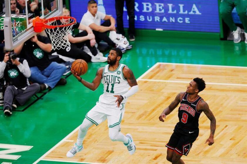 El escolta de los Celtics de Boston, Kyrie Irving (i), lanza ante el escolta de los Bulls de Chicago, Antonio Blakeney (d) durante un partido de baloncesto de la NBA entre Chicago Bulls y Boston Celtics. EFE/Archivo