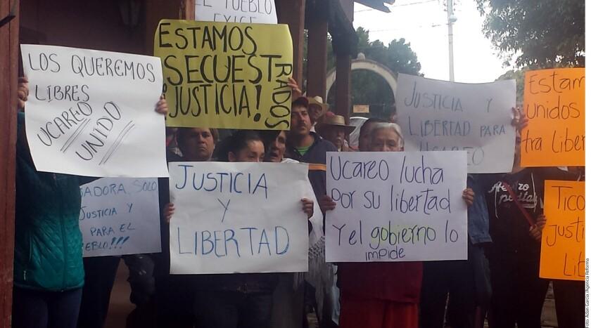 El año pasado, cansados de la inseguridad y en protesta por la detención de tres habitantes, el pueblo de Ucareo decidió tomar medidas similares a las autodefensas de Tierra Caliente, Michoacán.