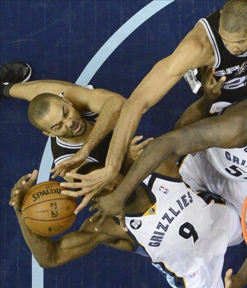 La victoria sitúa a los Spurs con la ventaja de 3-0 y a un sólo triunfo de las Finales de la NBA por primera vez desde la temporada de 2007, cuando barrieron 4-0 a los Cavaliers de Cleveland. EFE