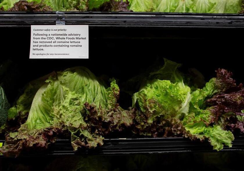 """Un letrero advierte a los consumidores de que no consuman lechugas romanas debido a un brote de """"Escherichia coli"""", en un supermercado de Woburn, Massachusetts (Estados Unidos), hoy, 21 de noviembre de 2018."""