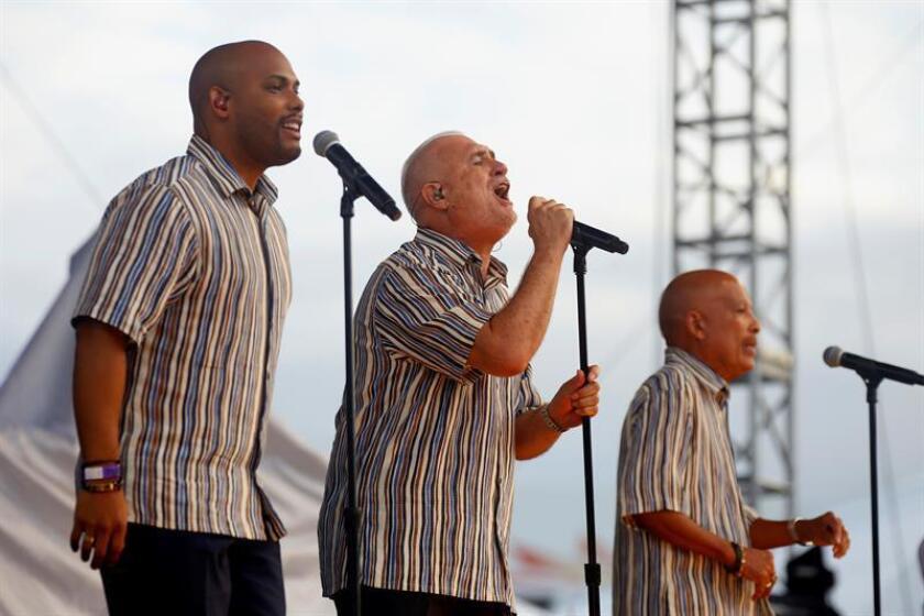 """Los cantantes del Gran Combo de Puerto Rico Jerry Rivas (c), Luis """"Papo"""" Rosario (d) y Anthony García (i). EFE/Archivo"""