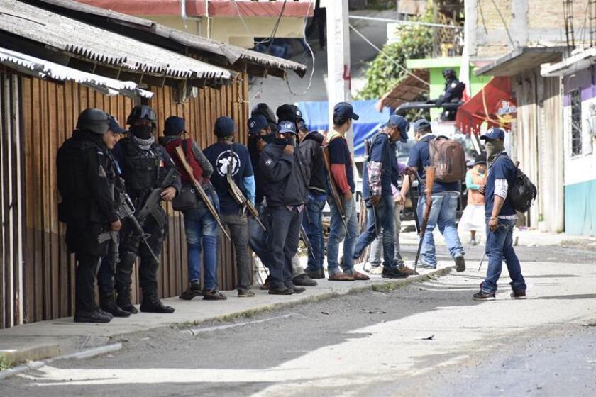 Autodefensas se observan en la población de Filo de Caballos, en el estado de Guerrero (México) hoy, tras tomar el control luego de que grupos armados asolaran a los habitantes. EFE/STR
