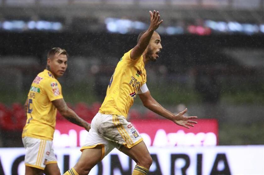 Guido Pizarro (d) reclama una falta ante Cruz Azul el sábado 4 de agosto de 2018, durante el partido correspondiente a la tercera jornada del Torneo Apertura del fútbol mexicano disputado entre el Cruz Azul y los Tigres de la UANL, en el estadio Azteca de la Ciudad de México (México). EFE/Archivo