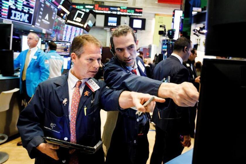 Comerciantes trabajan en Wall Street en Nueva York, Estados Unidos: EFE