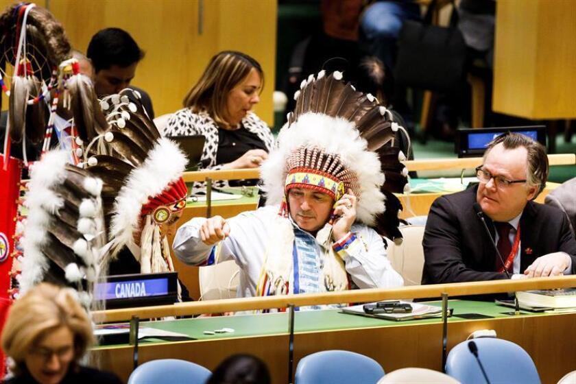 Varios asistentes vestidos de indios nativos americanos escuchan el discurso del presidente de Bolivia, Evo Morales (no aparece en la fotografía), durante un evento con motivo del Año Internacional de las Lenguas Indígenas en la sede de las Naciones Unidas en Nueva York (Estados Unidos), este viernes. EFE