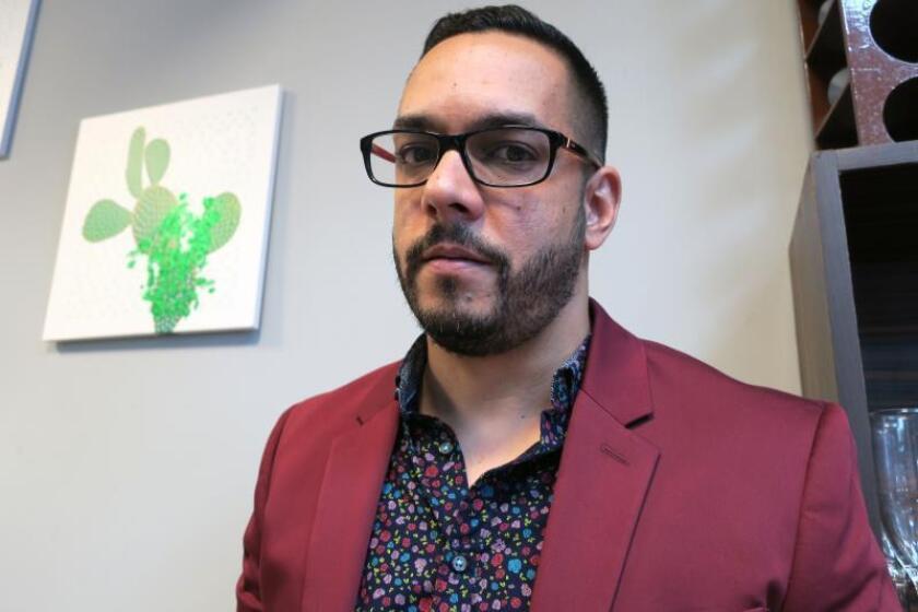 """Juan Ramón Figueroa, uno de los productores del documental """"Nuestro gallo siempre cantará"""" posa para Efe durante una entrevista este viernes en San Juan, Puerto Rico. EFE/Jorge Muñiz"""