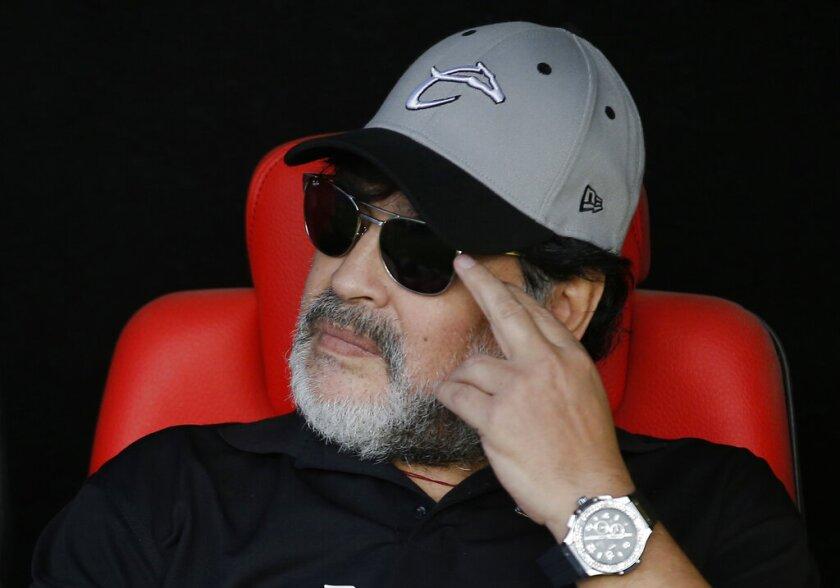 ARCHIVO - En esta foto del 5 de mayo de 2019, el técnico Diego Maradona observa desde el banquillo de Dorados de Culiacán durante el partido de vuelta ante Atlético San Luis en la final del torneo de Ascenso de México, en San Luis Potosí. (AP Foto/Eduardo Verdugo)