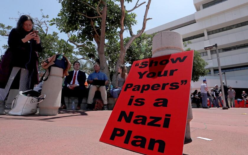 Cientos de personas protestan en el condado de Orange contra los pasaportes  de la vacuna COVID: 'No nos van a marcar' - Los Angeles Times