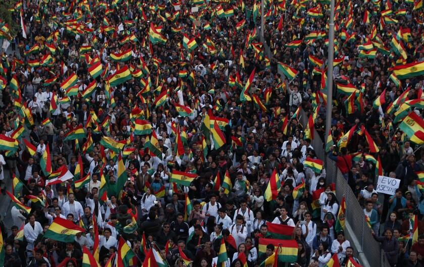 Manifestantes antigubernamentales protestan contra la reelección del presidente Evo Morales, en La Paz, Bolivia, el jueves 31 de octubre de 2019. (AP Foto/Juan Karita) ** Usable by HOY, ELSENT and SD Only **