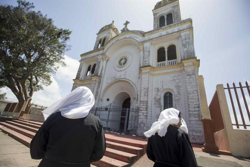 Dos monjas caminan frente a la basílica de San Sebastián en la ciudad de Diriamba (Nicaragua). EFE/Archivo