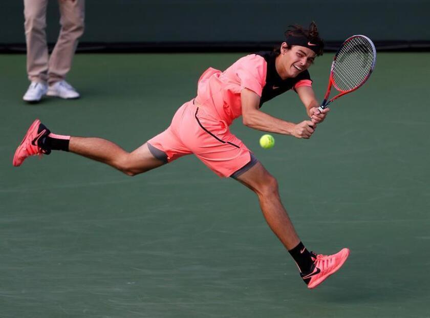 Taylor Fritz de Estados Unidos devuelve una bola a Fernando Verdasco de España hoy, lunes 12 de marzo de 2018, durante un juego en el Abierto de Tenis de Indian Wells, California (EE.UU.). EFE