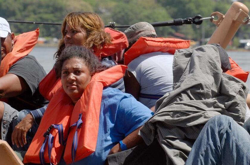 Unas 37 personas, 32 hombres y cinco mujeres de estatus migratorio no definido, fueron detenidas esta madrugada a varias millas náuticas de Aguadilla, en la costa noroeste de Puerto Rico, al tratar de entrar ilegalmente a la isla caribeña, informó hoy la Policía local. EFE/Archivo