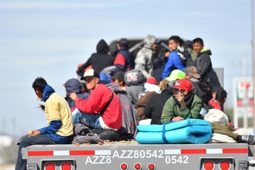 Un grupo de personas se traslada en la platafoma de un tráiler, en Saltillo, Coahuila (México) donde este domingo llegaron más de mil migrantes que quieren llegar a la frontera con Estados Unidos. EFE/Archivo