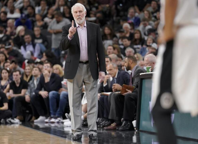 El entrenador Gregg Popovich (i), de San Antonio Spurs, durante un partido de la NBA. EFE/Archivo