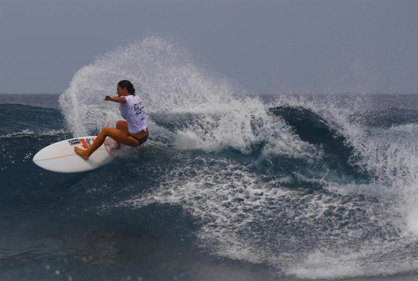 Vista de la puertorriquenna María Kuzmovich durante una competencia de surf. EFE/Archivo
