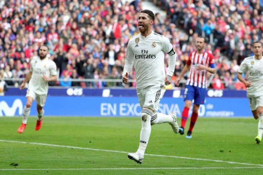 El defensa del Real Madrid Sergio Ramos celebra su gol ante el Atlético de Madrid, el segundo del equipo, durante el partido de la vigésimo tercera jornada de Liga que disputaron en el estadio Wanda Metropolitano de Madrid. EFE