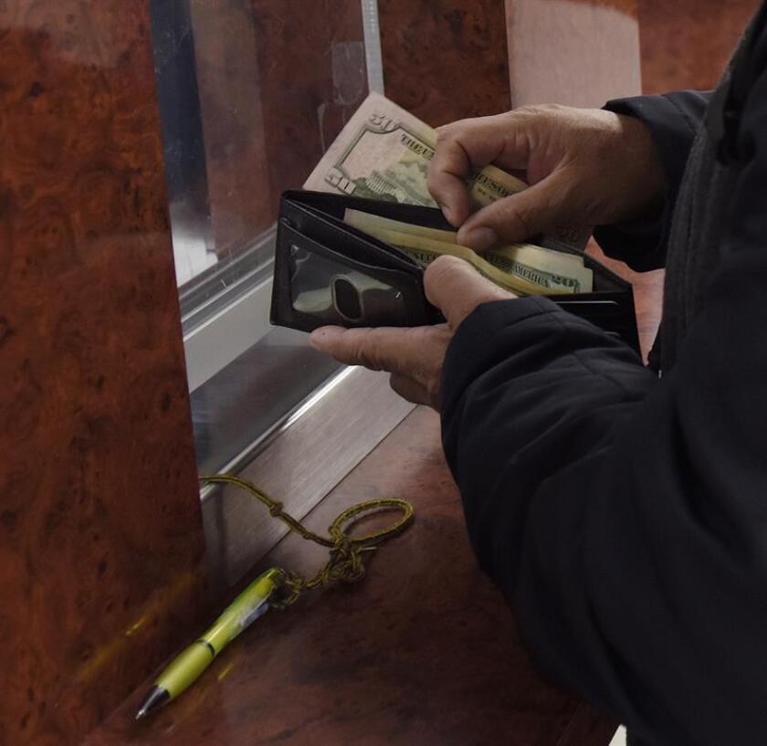 México recibió el año pasado 28.771 millones de dólares de sus ciudadanos residentes en el extranjero, un aumento del 6,59 % respecto de 2016 y que supone un máximo histórico en dos décadas, informó hoy el banco central. EFE/Archivo