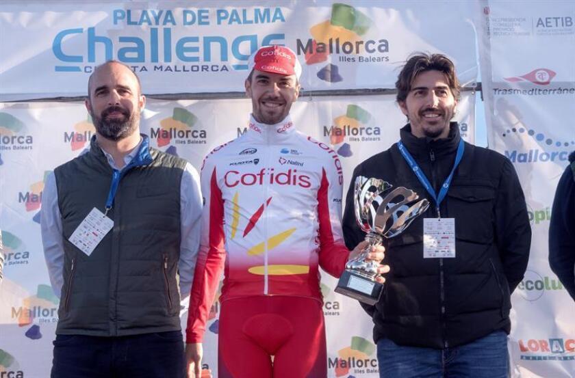 El vencedor del Trofeo Ses Salines-Puig de Sant Salvador, primera prueba de la Challenge Mallorca, el ciclista español Jesús Herrada (Cofidis) (c), esta tarde en el podio tras disputar la carrera. EFE