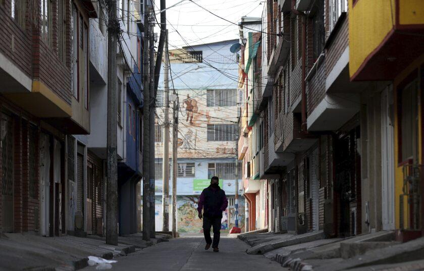 Un hombre camina por una calle desierta de Bogotá el 5 de agosto del 2020.