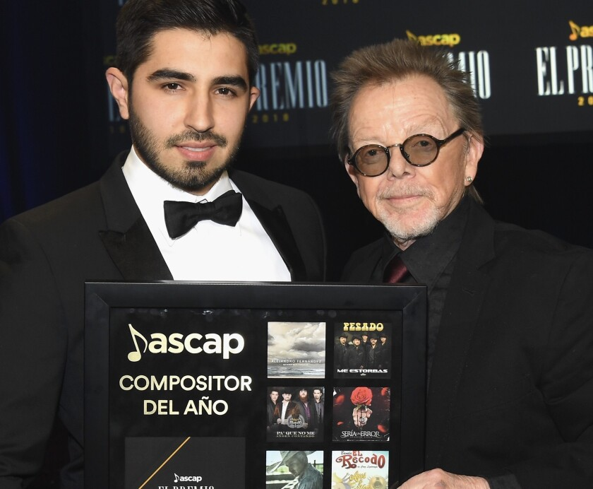Joss Favela (L) y el Presidente y Chairman de ASCAP Paul Williams.
