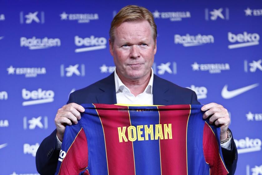 Ronald Koeman muestra la camiseta con su nombre durante su presentación oficial