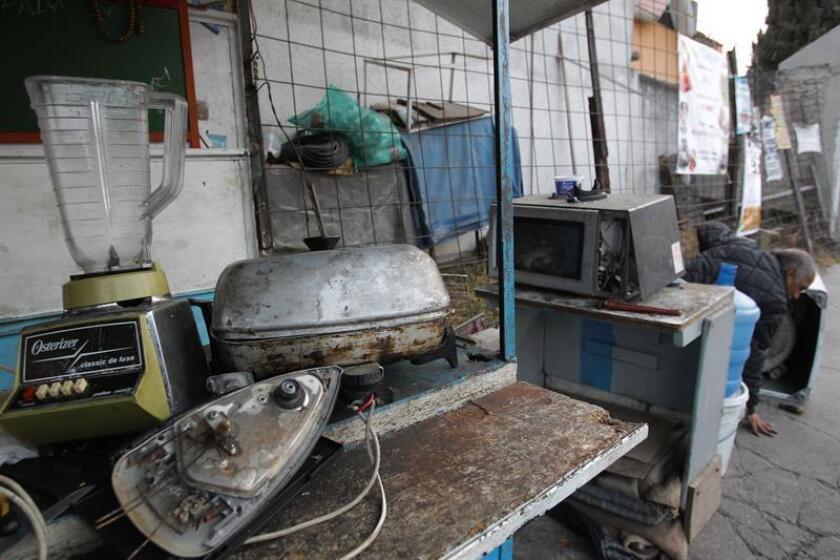 Fotografía del 4 de enero de 2018 que muestra electrodomésticos desechados, en Ciudad de México (México). México produce más de 358 mil toneladas de basura electrónica en forma de aparatos y electrodomésticos, lo equivalente a 3,2 kilogramos de residuos por cada mexicano, según estimaciones del Instituto Nacional de Ecología y Cambio Climático (INECC). EFE