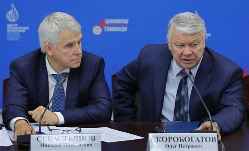 (i-d) El director en funciones del centro TsNIIMash de investigación de la industria espacial rusa, Nikolái Sevastiánov, y el jefe de la comisión de investigación, Oleg Skorobogátov, hoy en rueda de prensa. EFE