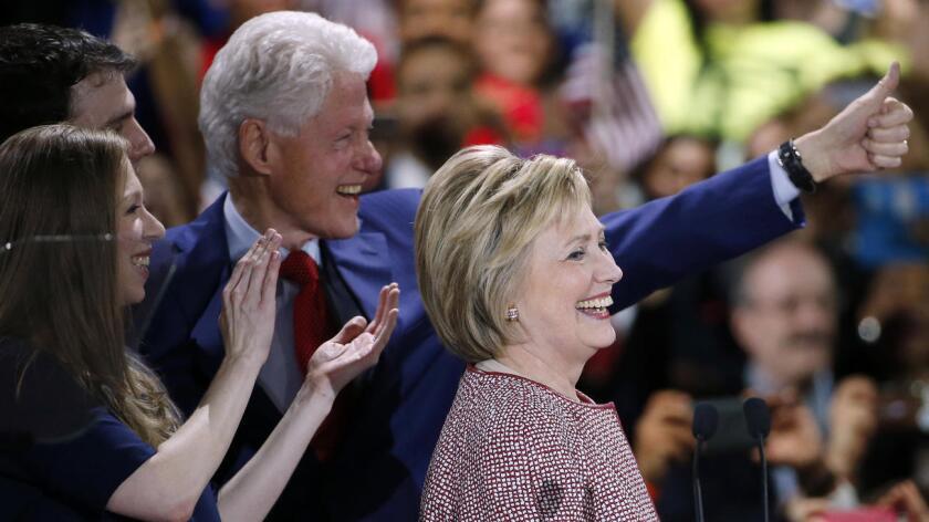 """El expresidente de 69 años es un ingrediente clave en la candidatura de Hillary Clinton, un factor indivisible que aporta ventajas según algunos e inconvenientes para otros, pero que vuelve a hacer realidad el lema con el que ambos se presentaron por primera vez a las elecciones hace 24 años: """"Dos por el precio de uno""""."""