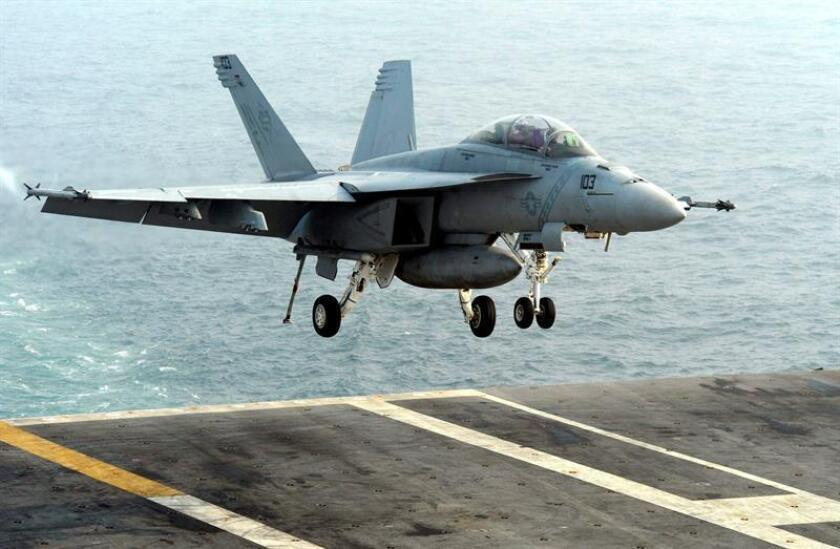 """Un avión F/A-18E Super Hornet aterriza en la cubierta del portaaviones nuclear """"USS George Washington"""" durante unas maniobras militares conjuntas de Estados Unidos y Corea del Sur, en el Mar Amarillo (Mar Occidental), en Corea del Sur. EFE/SONG KYUNG-SEOK/POOL"""