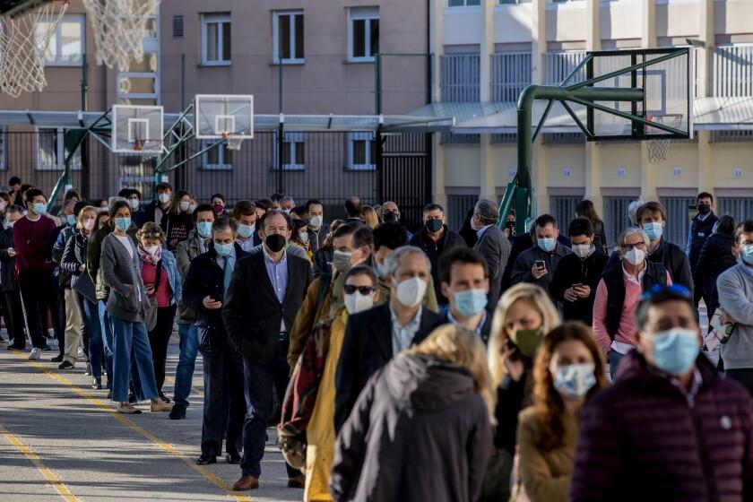 Los ciudadanos hacen fila para votar en la elección de una nueva asamblea regional en Madrid, España, martes 4 de mayo de 2021. (AP Foto/Manu Fernández)