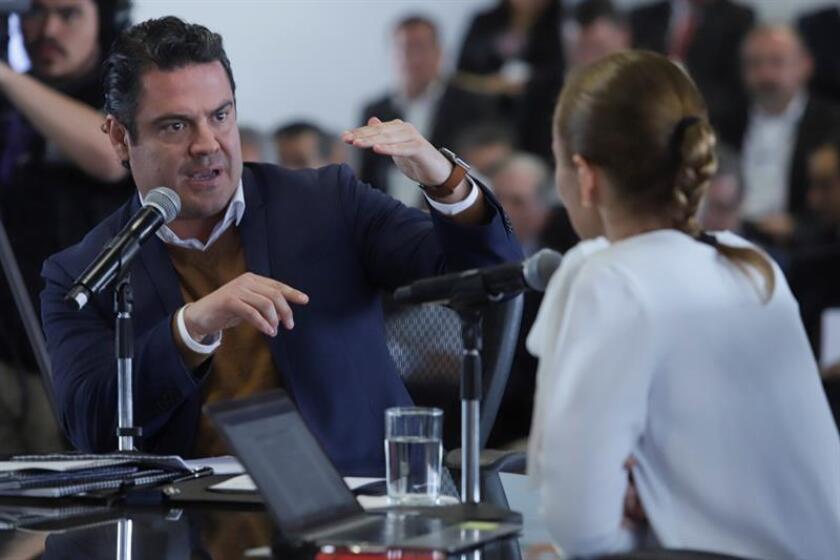 La directora general del Observatorio Económico México, ¿Cómo Vamos?, Valeria Moy (d), conversa con el gobernador del estado mexicano de Jalisco, Aristóteles Sandoval Díaz (i), durante la glosa ciudadana realizada en la ciudad de Guadalajara (México). EFE