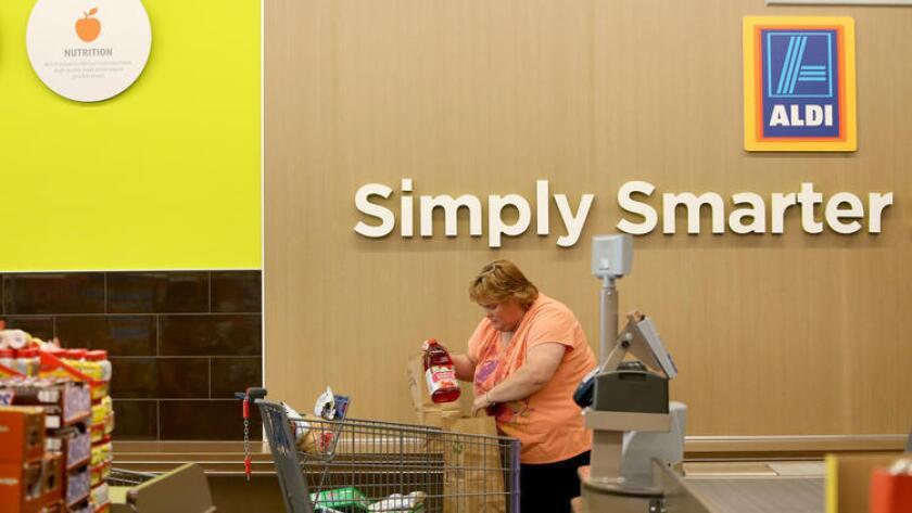 Patti Gerstenbeger empaca su despensa en la tienda Aldi de Niles, Illinois. Aldi estará abriendo sus primeras ocho tiendas en el Sur de California este 24 de marzo.