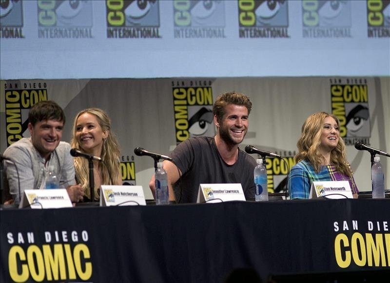 """From left to right, U.S. actor Josh Hutcherson, U.S actress Jennifer Lawrence, Australian actor Liam Hemsworth and U.S. actress Willow Shields, cast members of the movie """"The Hunger Games"""" participate at Comic Con 2015 at San Diego Convention Center in San Diego, United States on July 9, 2015. EFE"""