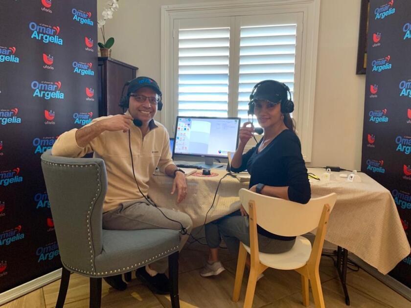Omar Velasco y Argelia Atilano durante una de sus transmisiones desde casa.