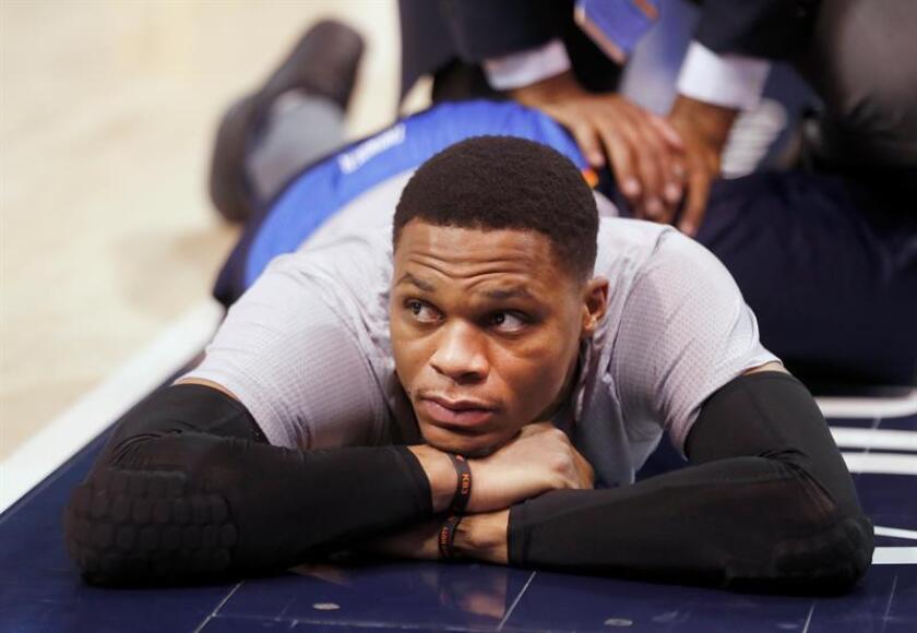 El jugador de Thunder Russell Westbrook (i) calienta antes de un partido entre Thunder y Jazz por la NBA en la Energy Solutions Arena de Salt Lake City, Utah (EE.UU.). EFE/Archivo
