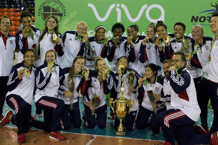 Jugadoras de Estados Unidos posan con sus medallas de oro tras la final de la XVII Copa Panamericana Femenina de Voleibol disputada entre EE.UU. y República Dominicana, en Santo Domingo (República Dominicana). EFE