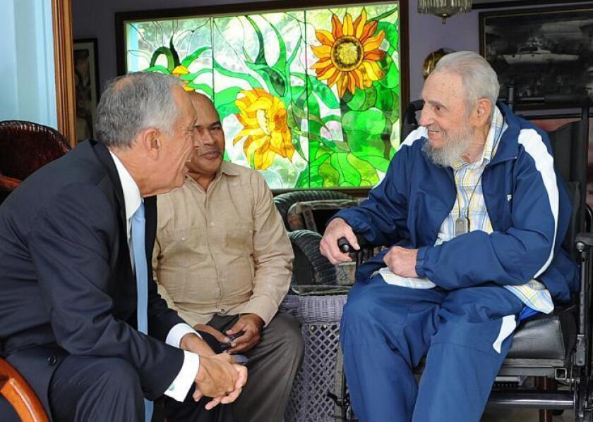 """El líder cubano Fidel Castro sostuvo un """"amistoso"""" encuentro con el presidente de Portugal, Marcelo Rebelo de Sousa, de visita en Cuba, con quien intercambió sobre la reciente votación en la ONU contra el embargo estadounidense sobre la isla, informan hoy medios oficiales cubanos."""