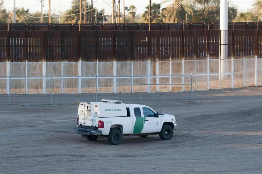 Fotografía que muestra las tres vallas fronterizas existentes entre Estados Unidos y México en la ciudad de San Luis (Arizona). EFE/Archivo