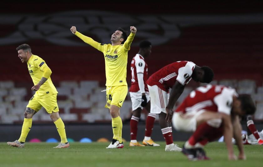 Juan Foyth y Manu Trigueros, del Villarreal, festejan tras eliminar al Arsenal en la semifinal de la Liga Europa, el jueves 6 de mayo de 2021, en Londres (AP Foto/Alastair Grant)