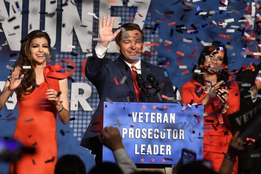 El gobernador republicano, Ron DeSantis, junto a su esposa, Casey (i), y la vice-gobernadora electa, Jeannete Nuñez (d), saludan a sus simpatizantes. EFE/Archivo