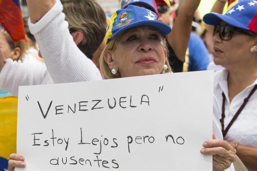 """La Organización de Venezolanos Perseguidos Políticos en el Exilio (Veppex) expresó hoy su apoyo a la decisión de la Asamblea Nacional de aprobar la petición del Tribunal Supremo """"en el exilio"""" de que se enjuicie al presidente venezolano, Nicolás Maduro, por supuestos delitos de corrupción. EFE/Archivo"""