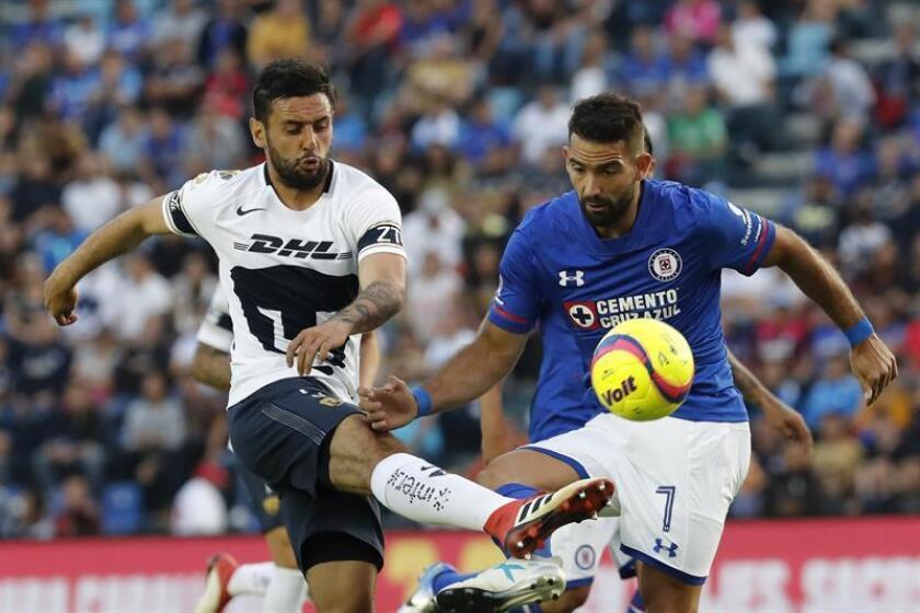 El jugador Martín Cauteruccio (d) de Cruz Azul pelea por el balón con Alan Mendoza (i) de Pumas. EFE/Archivo