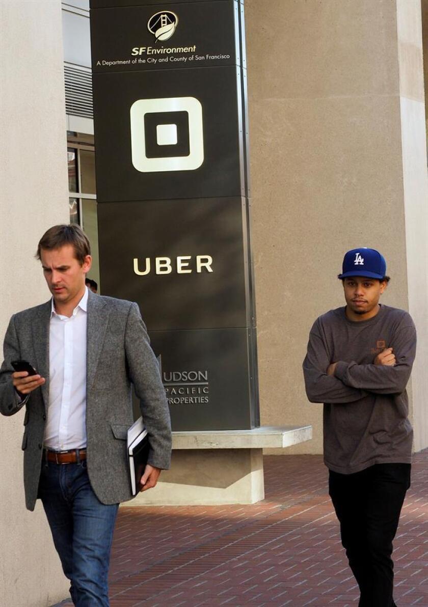 La ciudad de Nueva York aprobó hoy limitar durante un año la emisión de nuevas licencias de vehículos de alquiler con conductor (VTC), como Uber y Lyft, mientras estudia el impacto de este servicio en el sistema de transportes urbano. EFE/ARCHIVO
