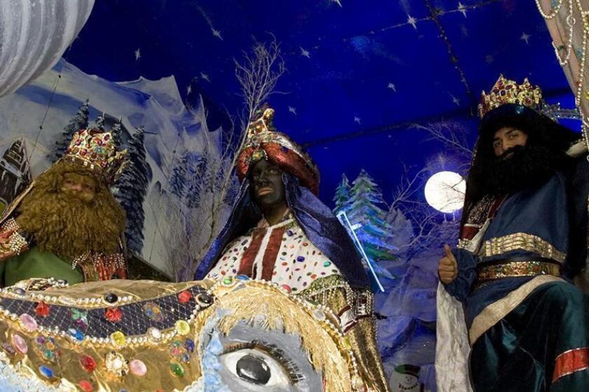 Fotografía de archivo del 28 de diciembre de 2015, que muestra a unos hombres con disfraces de Reyes Magos, en Ciudad de México (México). Sus majestades los Reyes Magos tendrán una agenda muy apretada este fin de semana en diversas ciudades de México con su presencia en eventos masivos y de caridad, así como en multitud de festejos organizados por gobiernos locales. EFE/ARCHIVO